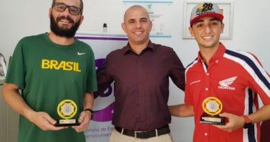 """Luciano Possamai e Pedro Sampaio recebem troféu """"Destaque Esportivo 2019"""""""